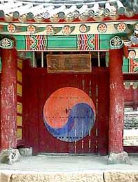 Традиционная корейская философии Красоты основывается на гармонии и взаимодополнении двух начал - Ым и Янг, и единстве трех элементов «СамЧэ»(небо, земля, человек).